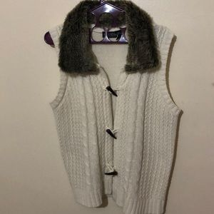 Sleeveless sweater with faux fur collar